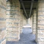 Sous le pont d'entrée