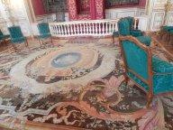 ... et qu'est qui s'est passé avec le tapis? Il n'est pas correctement orienté, et un morceau découpé...